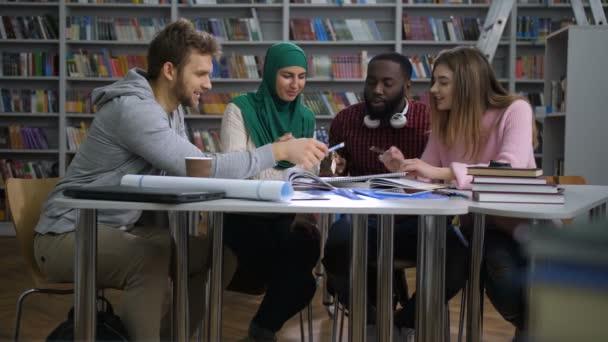 Mnohonárodnostní studenti pracující na projektu univerzity