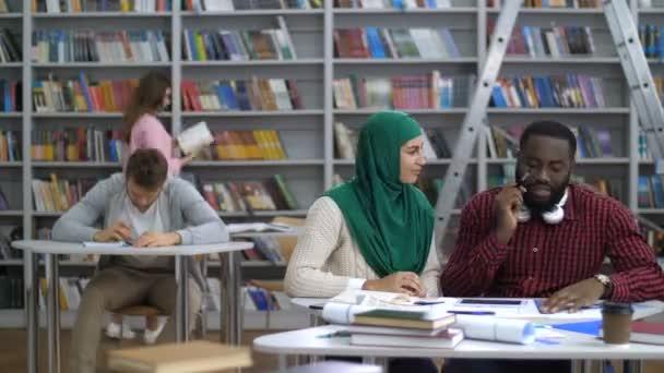 Timelapse multi etnické studentů v knihovně