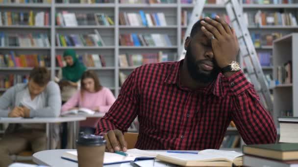 Fáradt fekete diák tanul, nehéz feladat