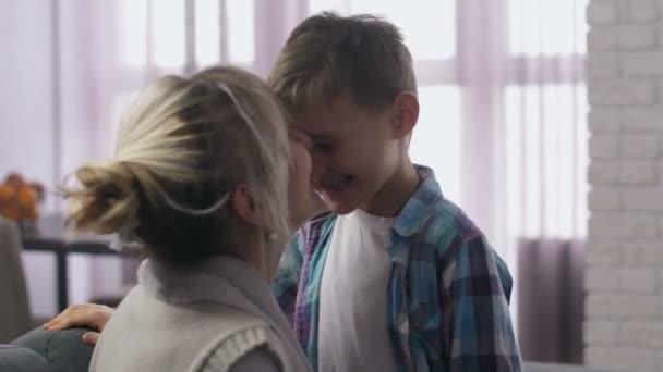 Zblízka a maminka se synem baví třít nosy