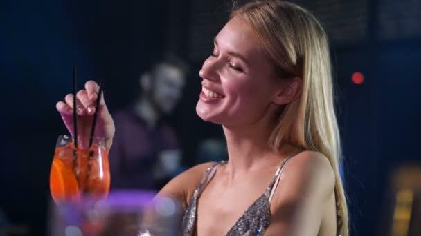 Nette Frau danken Barkeeper für Drink im Nachtclub