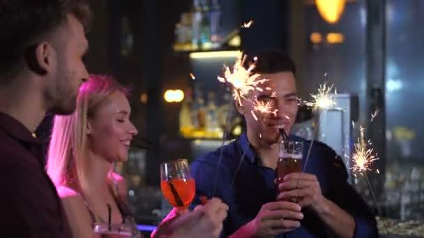 Freunde, die Entspannung in bar mit Getränken und funkelt