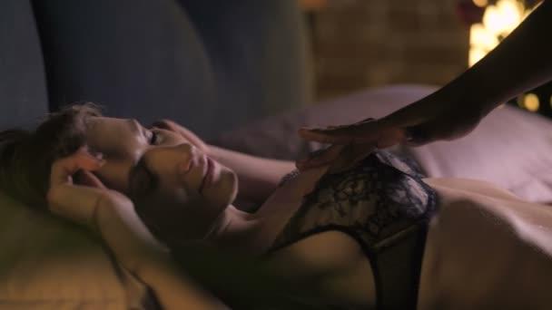 Liegende Frau atmet stark aus sexueller Erregung