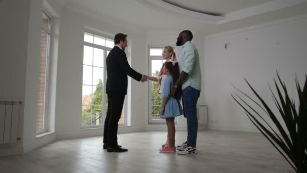 Spokojený realitky dávnící klíče domů majitelům domů