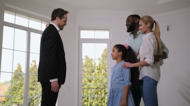 Makléři dávají klíče domu šťastným malému majiteli domů