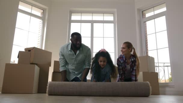 Radostná Rodiná kobercový koberec na podlaze v novém domě