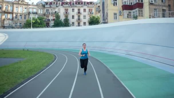 Drone lövés molett női jogging a stadionban