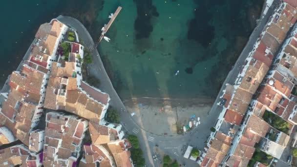 Pohled na městskou pláž, přístaviště, domy Cadaques