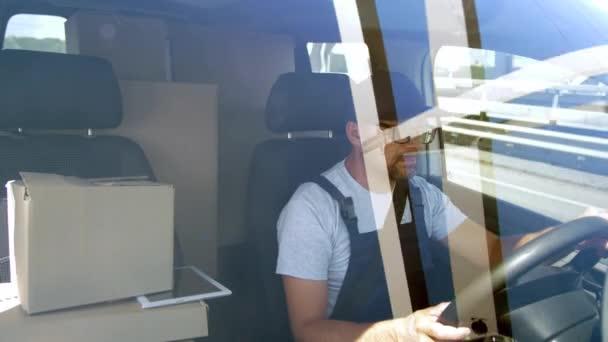 Vousatý muž, který řídil auto přes městský most