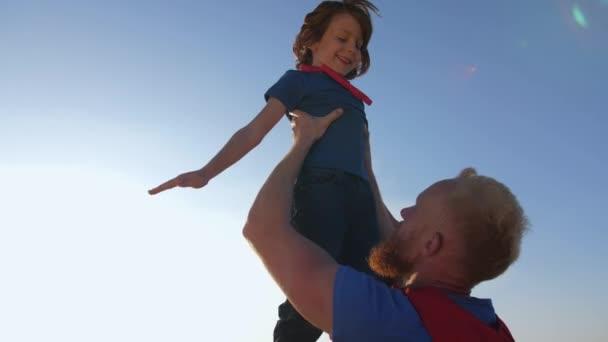 Apa figyelemfelkeltő fia magas utánzó superheros repülés