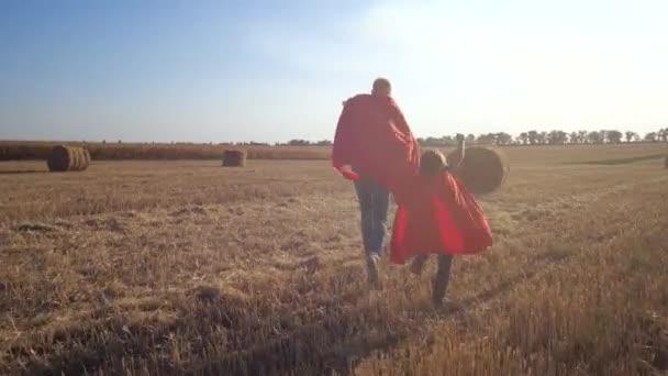 Apa és fia, mint bátor szuperhősök rohanó megmentésére