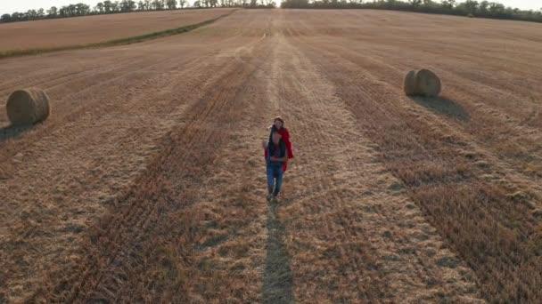Tovább fut át a mező fia a vállán