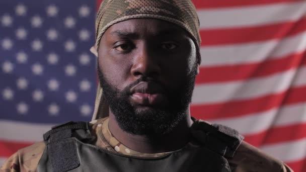 Afrikai amerikai férfi katona ellen USA zászló