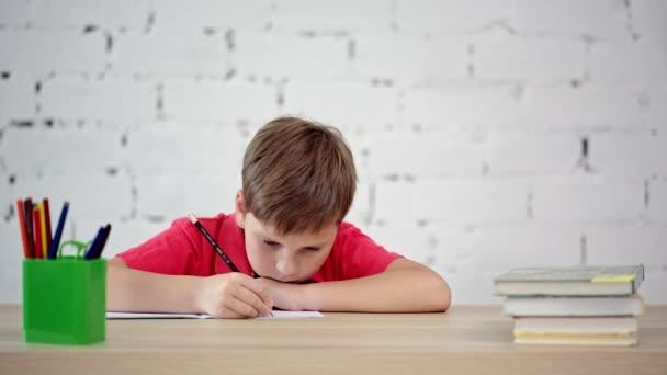 Az iskolás tanul írni