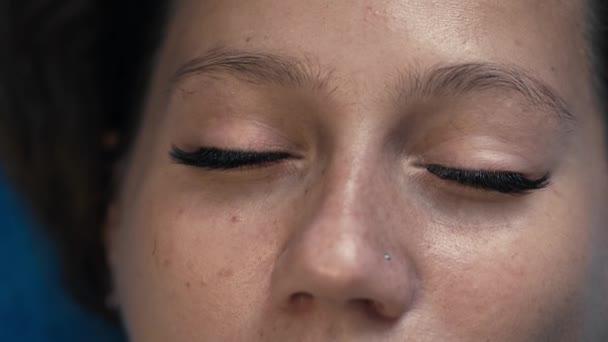 Prodloužení řas na ženské oko.
