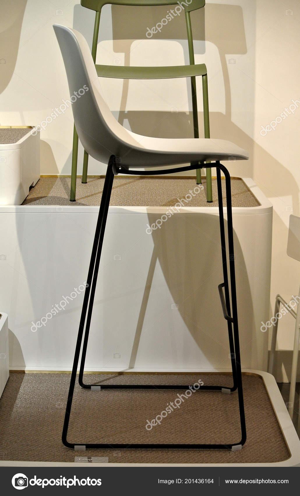 Sedie Di Plastica Colorate.Sedie Plastica Bianche Colorate Foto Stock