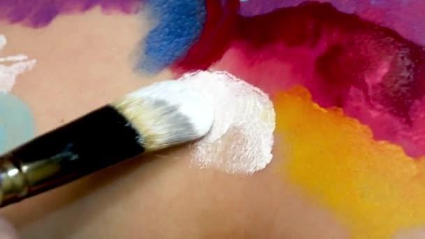 Malování na tělo modely s kartáčem. Makro záběry z art bodypainting. Mělké zaměření.