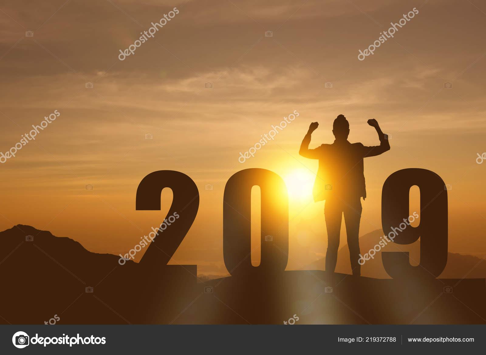 c73622516a2b Celebrando Año Nuevo 2019 Silueta Libertad Esperanza Joven ...