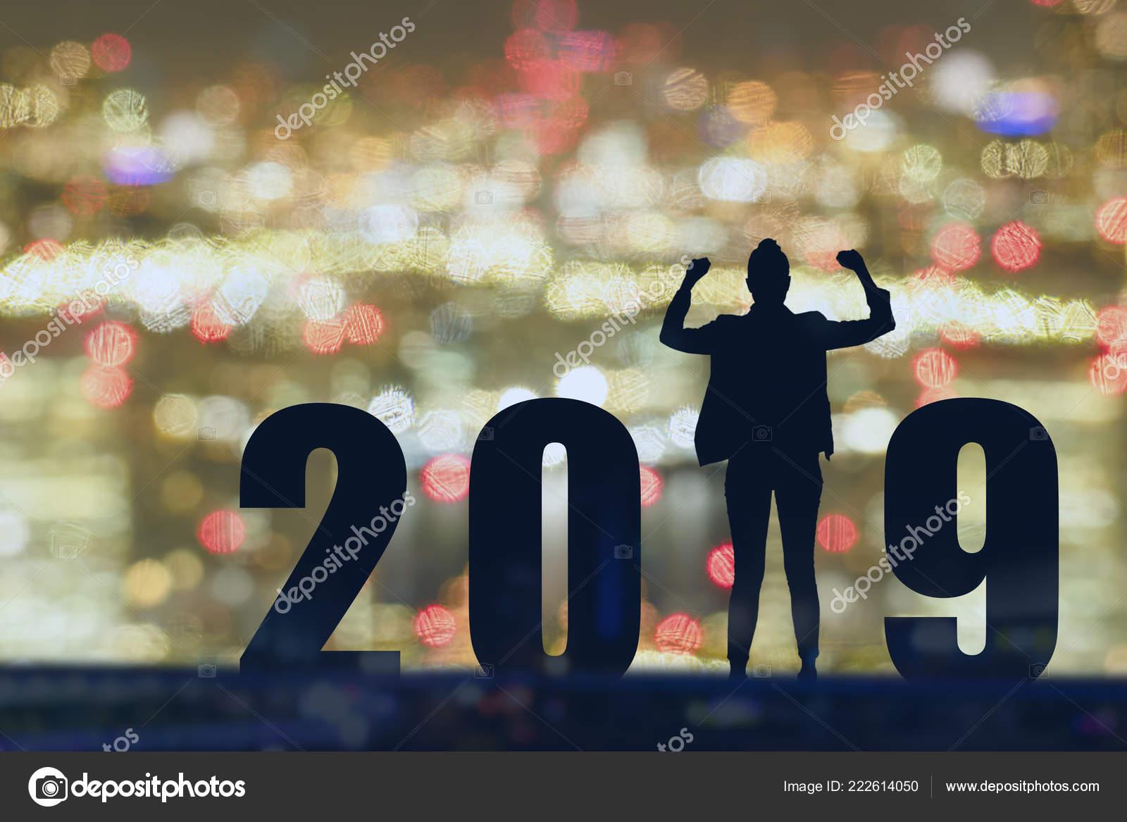 73cb480c30d3 Celebrando Año Nuevo 2019 Silueta Libertad Joven Esperanza Hombre ...