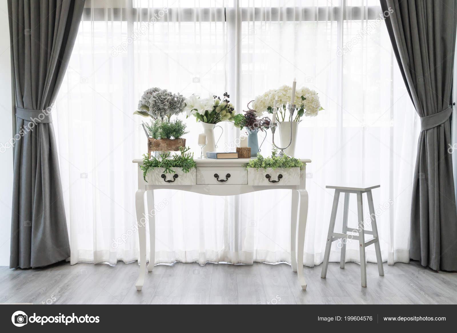 Schöne Weiße Möbel Tisch Dekoration Wohnzimmer Mit Blumen Und Vase ...