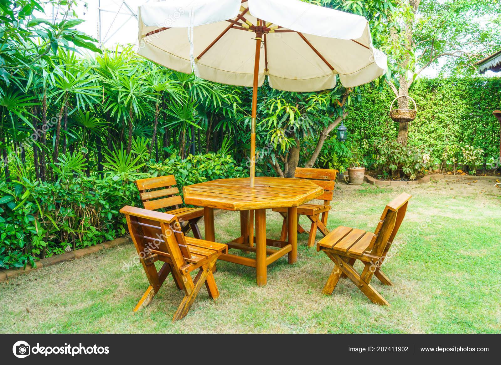 Lege houten terras tafel stoel decoratie huis tuin u stockfoto