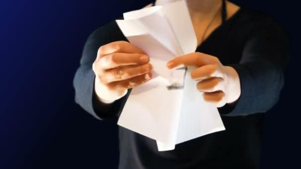 dospívající dívka s cedulí papír v ruce, s symbolu euro. Deformační znaménko protestovat, ideální stopáž na zvýšení povědomí o problematice ekonomiky a názorově
