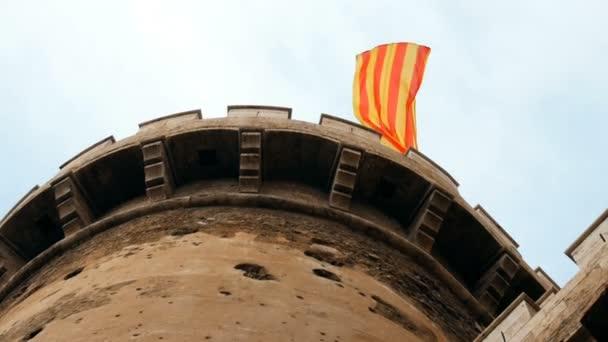 Spanyol zászló integet a a Quart Towers, kapu a középkori keresztény fal, Valencia