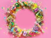 Fotografia Regali, ghirlande, decorazioni festive e coriandoli su sfondo rosa