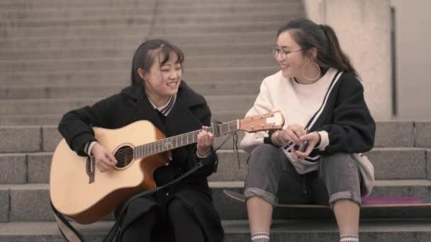 A szabadtéri zenét játszó fiatalok