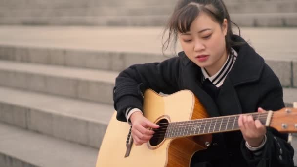Mladý student hraje hudbu