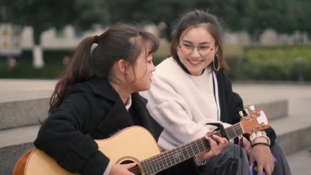 A kültéri zenehallgatást fiatal személy