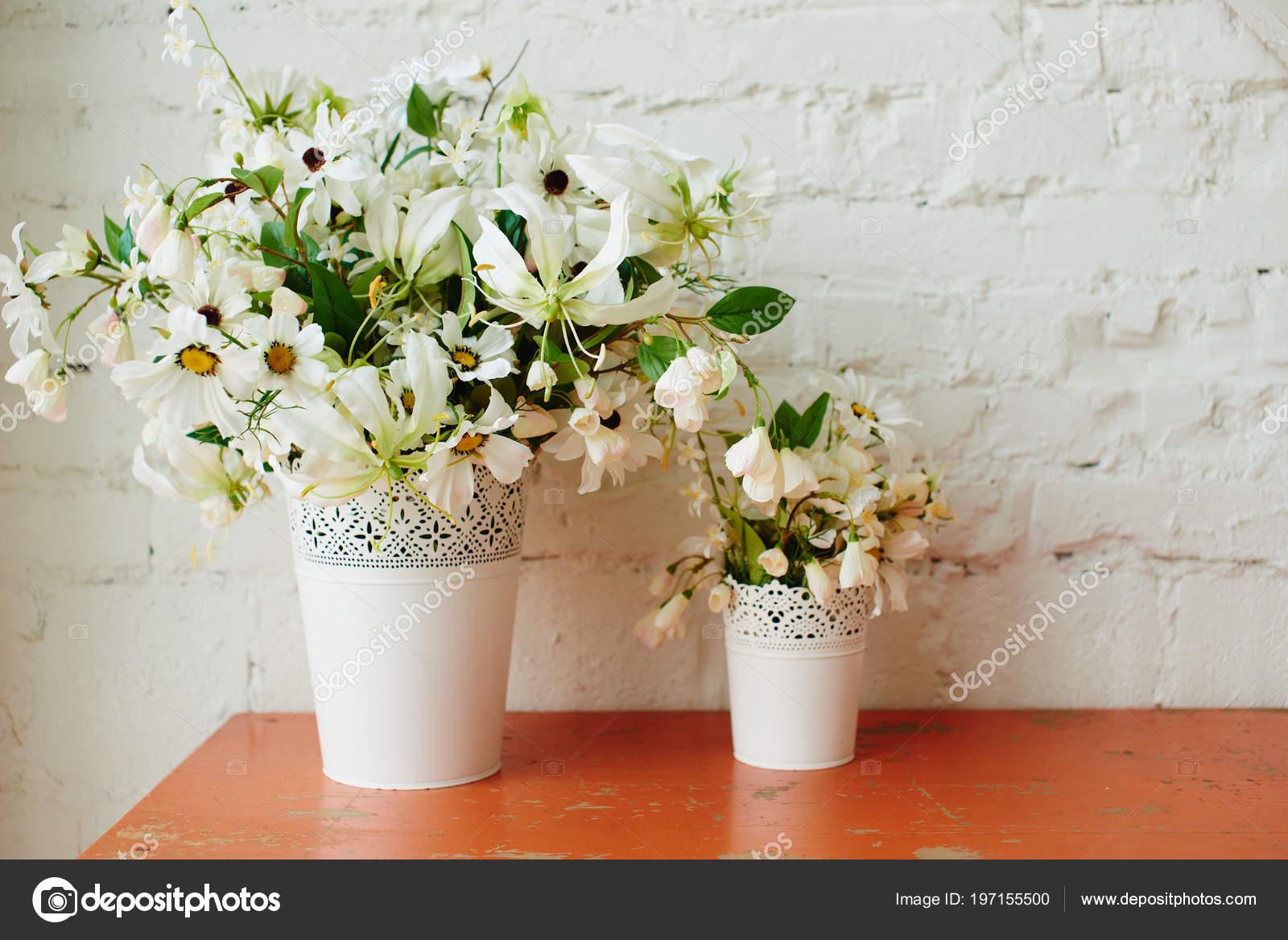 Schone Weisse Blumenstrausse Vasen Auf Holztisch Stockfoto