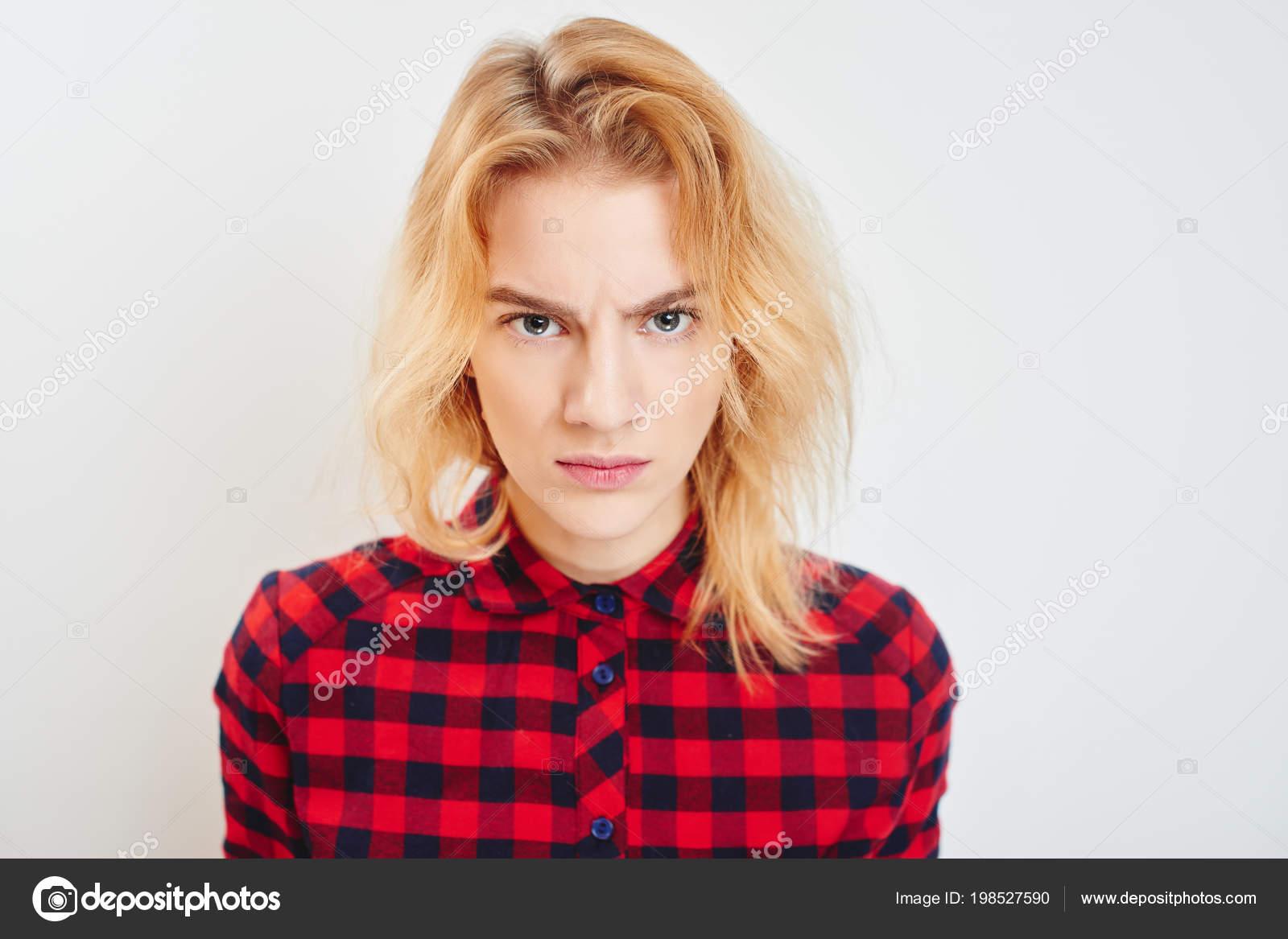Foto Mujer Resentimiento De Descontento Emoción Expresión Retrato Con Camisa Joven Cuadros Stock — 1dvqwvS