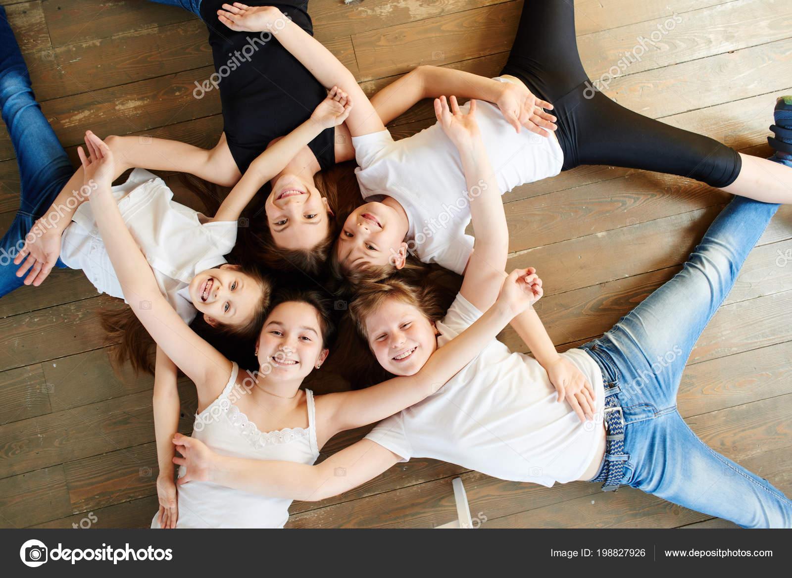 Фото девушек прикрытые руками