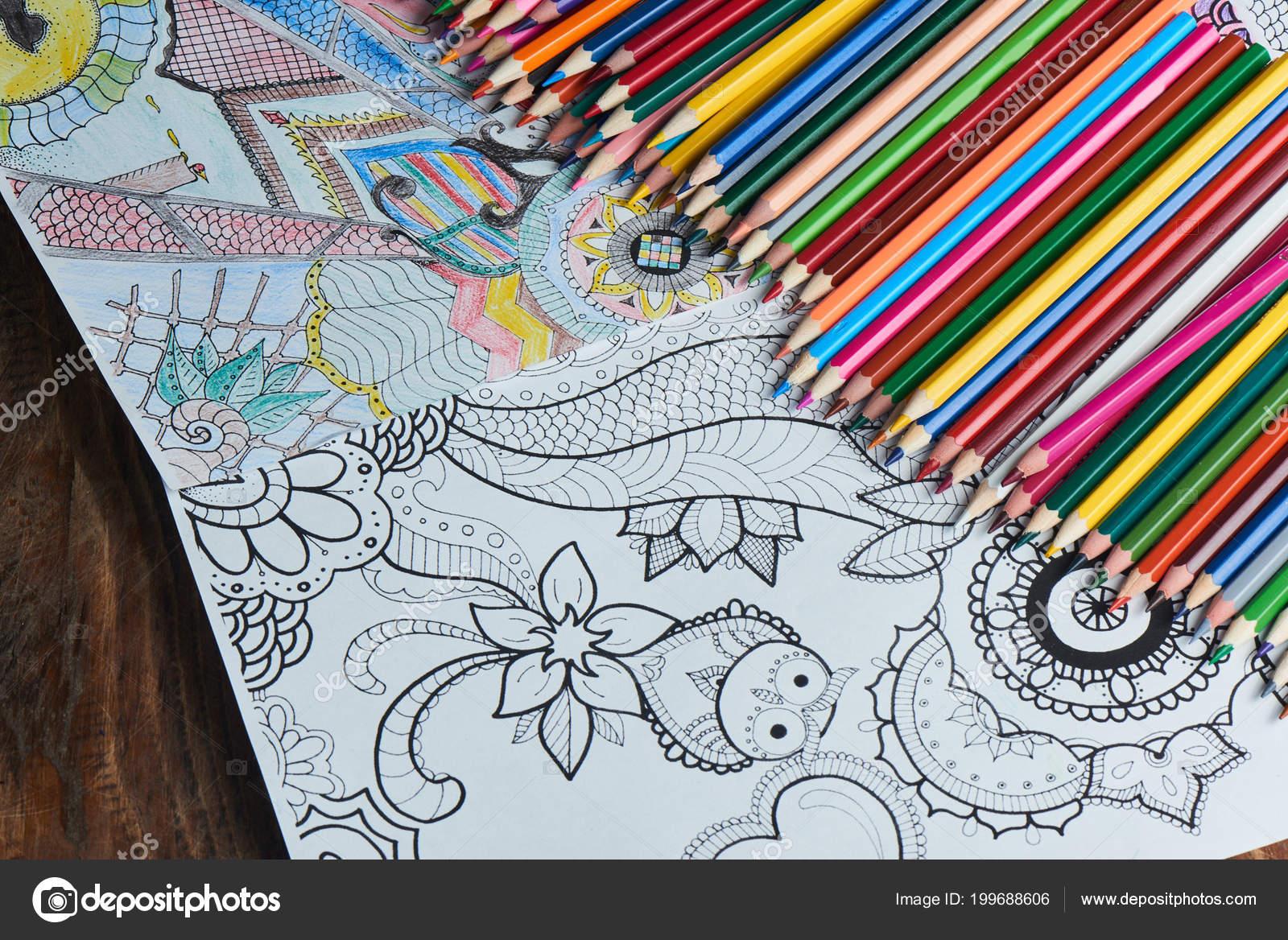 Ahşap Masa üstten Görünüm üzerinde Parlak Kalem Ile Boyama Sayfaları