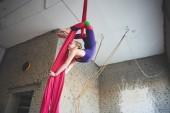 Fotografie Teen Mädchen Turnen auf Luftaufnahmen Seide