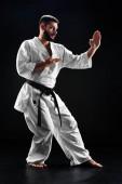 Fényképek Karate ember kimonó harci irányvonal-fekete háttér