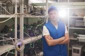fiatal ember karokkal állt, cryptocurrency bányászati telepen