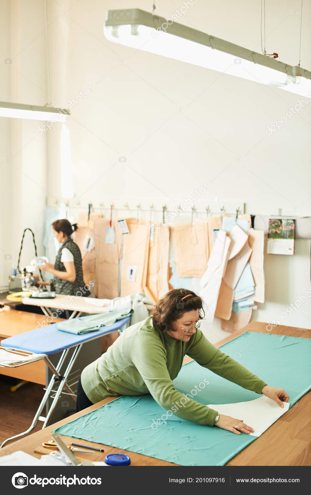 Concentrado Usando Patrones Costura Mientras Trabajaba Creación Ropa ...