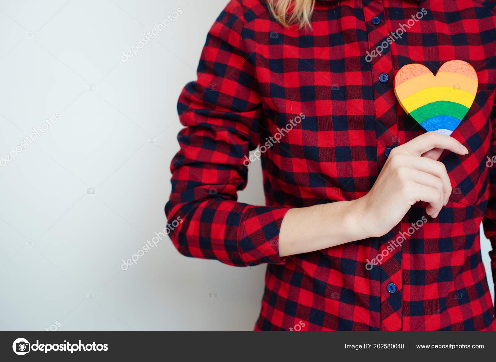 Overhemd Rood Zwart Geblokt.Vrouw Rood Zwart Geblokte Overhemd Houden Hart Geschilderd Kleuren