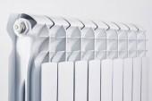 Fotografie Vytápění vodovodní baterie. Hliníkové radiátory bimetalické na bílém pozadí closeup