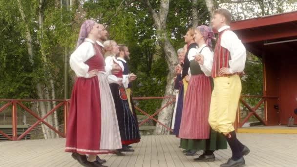 Tito tanečníci provést některé krásné tradiční švédské lidové tance, nebo Polska