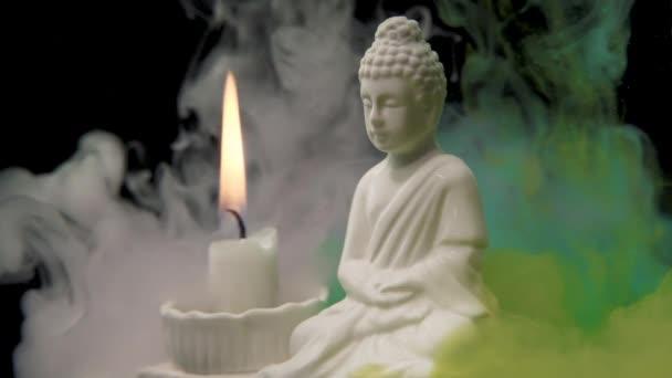 Gautama Buddha egy békés vallási figura, ez a szobor egy akváriumban van ételszínezékkel, a gyertya lángja össze van rakva.