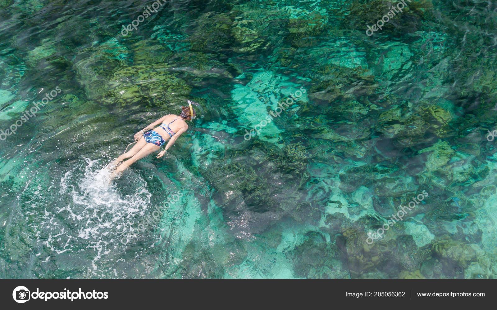 7dc164f45 Mulher Nadando Mar Azul Garota Snorkel Máscara Mergulho Integral Recifes —  Fotografia de Stock