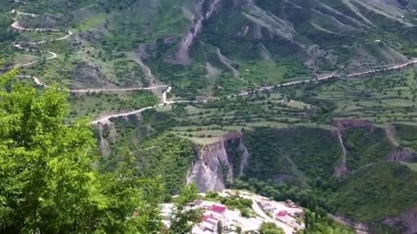 Horská krajina. Krásný výhled malebné rokle, panorama s vysokými horami. Povahy ze severního Kavkazu, odpočinek v horách