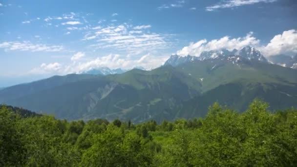 Horská krajina, malebné panorama s vysokými horami, povaha Kavkazu
