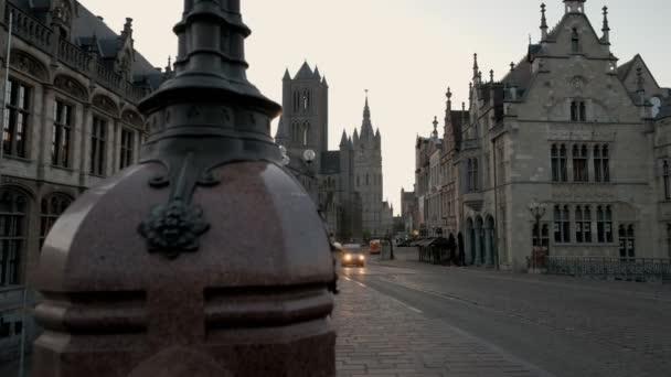 Fotoaparát snímky zpoza kandelábr odhalit náměstí Korenmarkt v historickém starém městě. Převzaty z St Michaels Most při východu slunce