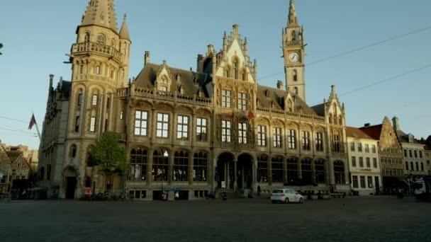 Statický pohled na historické poštovní úřad a věž v náměstí Korenmarkt, Gent, považuje za východem slunce