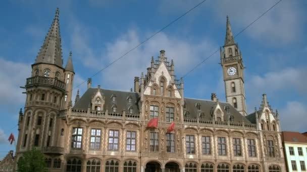 Záběr se historické poštovní úřad a věž v náměstí Korenmarkt, Gent, brzy na jaře ráno-nakloněná rovina