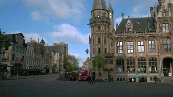Pan k historické poštovní úřad a věž v náměstí Korenmarkt, Gent, brzy na jarní ráno